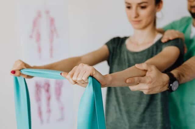 estiramiento ejercicio con bandas elásticas para mujeres principiantes o profesionales